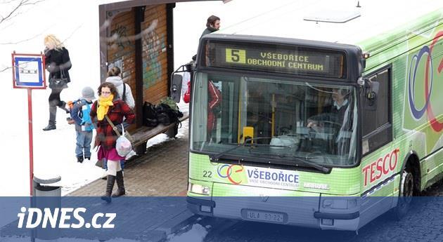 Autobus skřípl seniorce ruku a rozjel se. Zraněná běžela, dokud nezastavil
