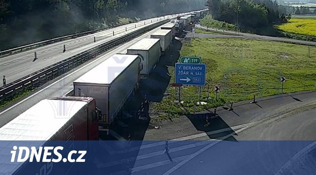 D1 zablokoval ve zúžení na Žďársku kamion, kolona je dvacet kilometrů