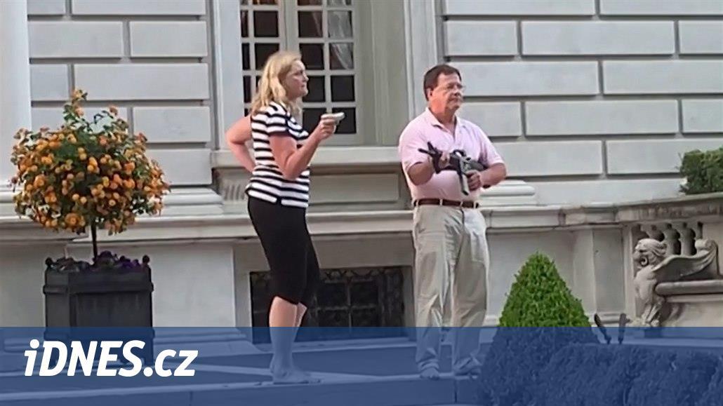Americký pár, který mířil na demonstranty, odevzdá zbraně a zaplatí pokutu