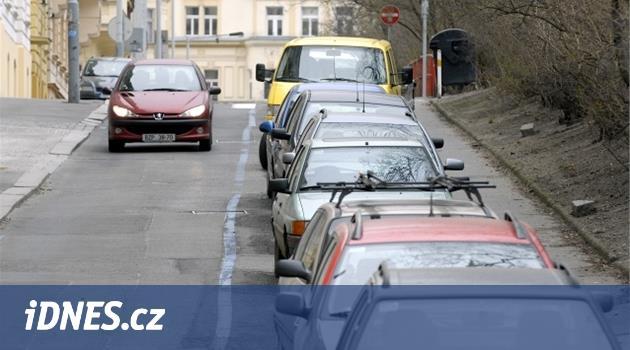 Parkovací zóny v Praze praskají ve švech, někde je více karet než míst