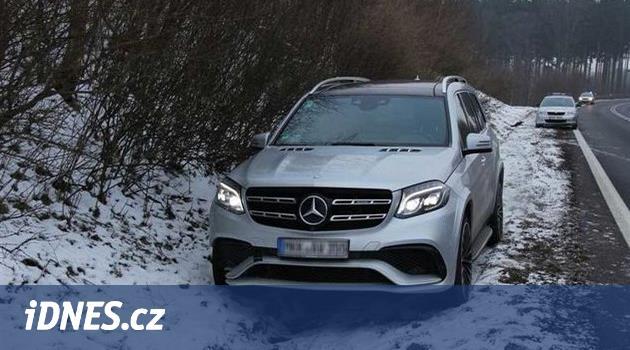 Řidič v kradeném autě ujížděl německé policii, u Aše vyskočil a utekl