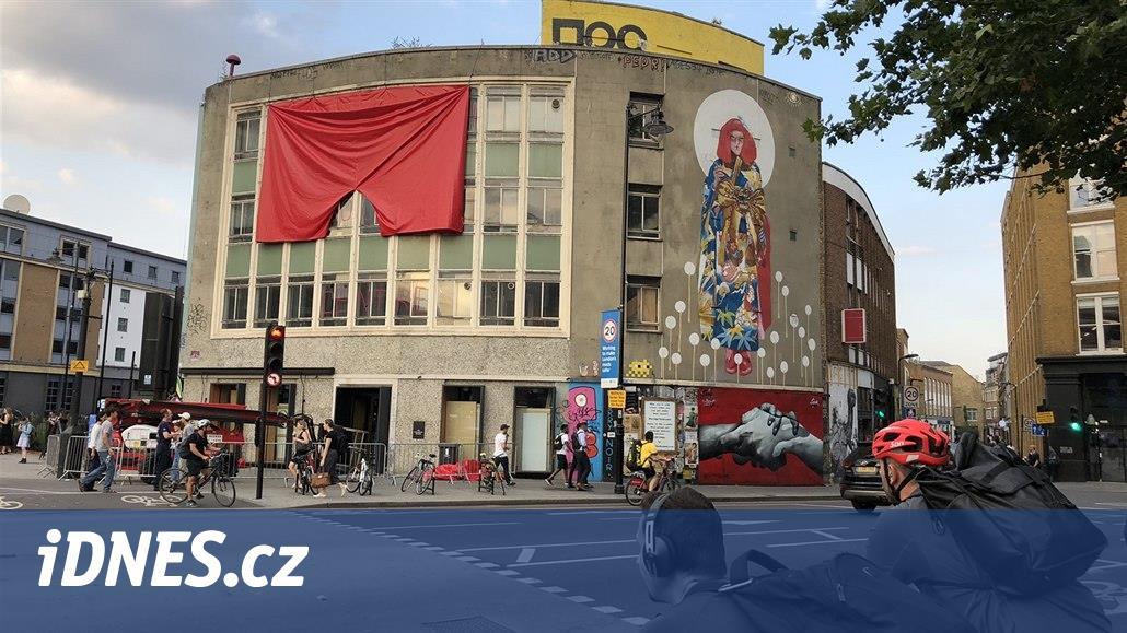 V galerii v Londýně vyvěsili červené trenky, mají být symbolem populismu