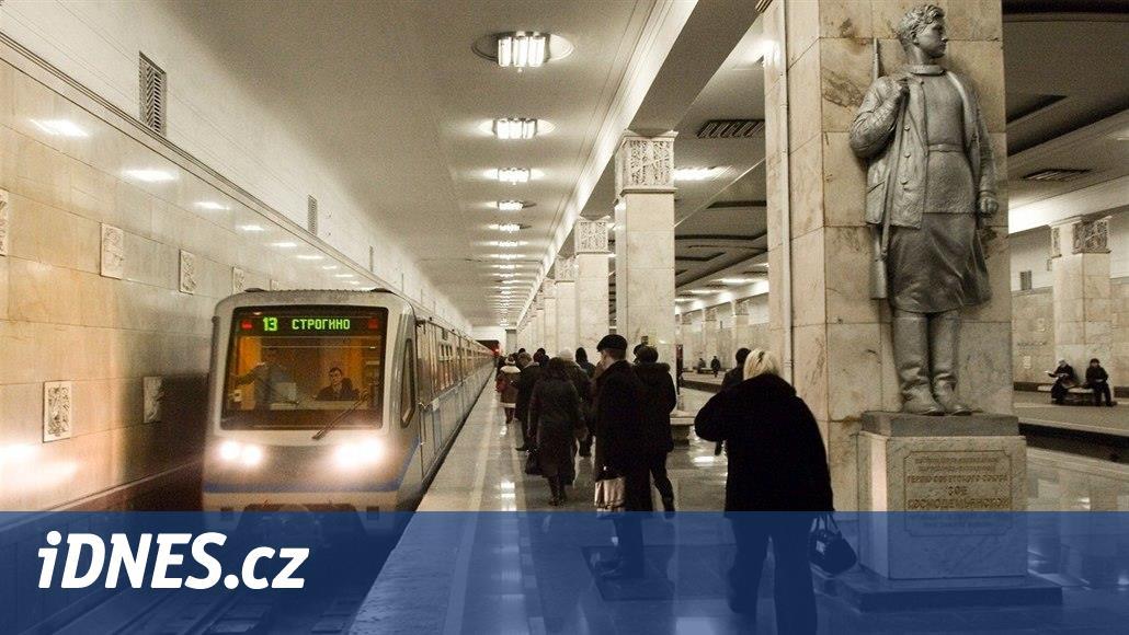 V moskevském metru uvázly soupravy, v tunelu zůstalo přes tisíc lidí