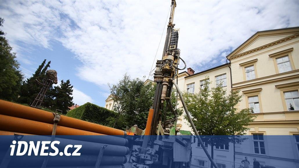 Stroj v centru Brna vrtá třicet metrů pod zem, studenti budou zkoumat vodu