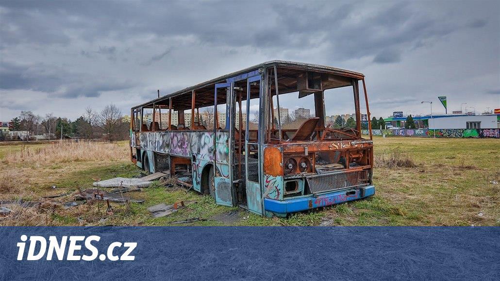 Vrak autobusu zmizel z trávníku u Vltavy, ale soudní spor trvá