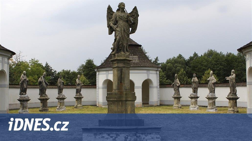 Světci z mostu ve Žďáru jsou po letech pohromadě, zdobí zdejší hřbitov