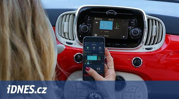 Systémy v autech moc odvádějí pozornost. Nejlepší jsou Apple s Googlem