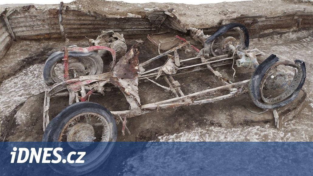 Autofotka týdne: Archeologové hledali svědky války a vyhrabali auto