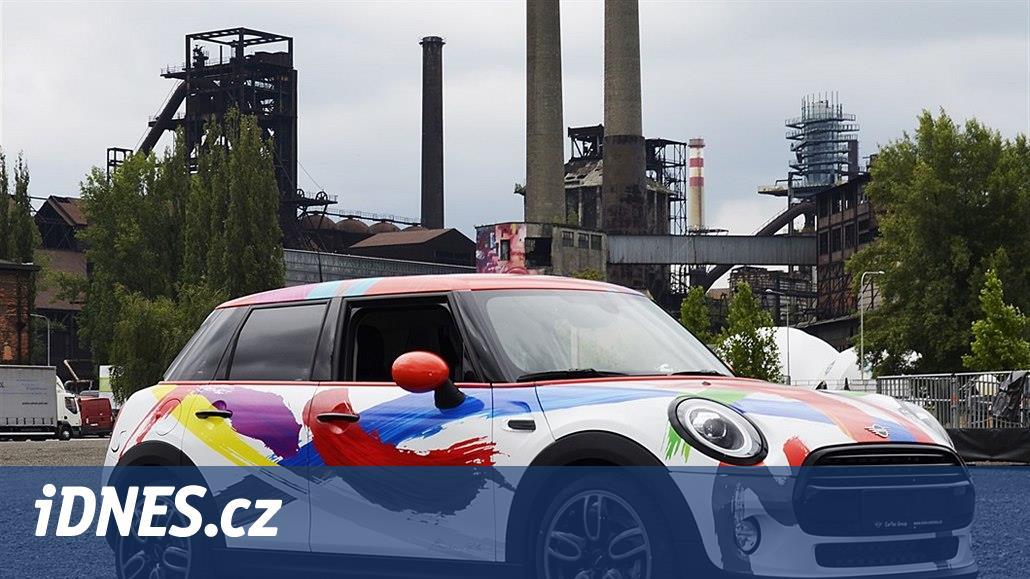 V poledne se na iDNES.cz draží auto. Barevné Mini je jediné na světě