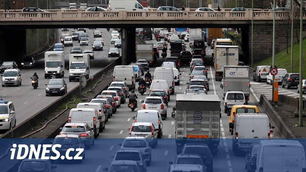 Lidé se stěhují do okolí měst, každé ráno pak tráví v autech v kolonách