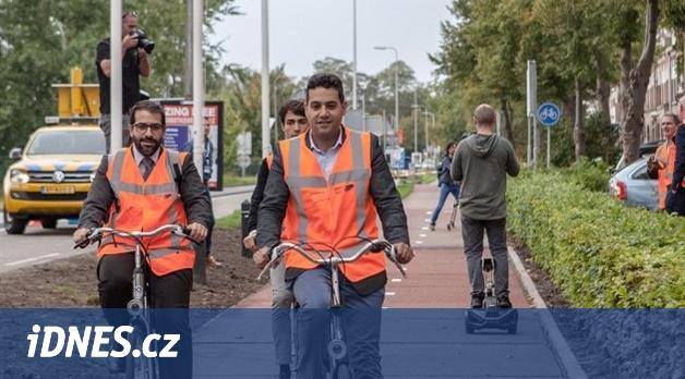 V Nizozemsku otevřeli plastovou cyklostezku. Z plastů mohou být i silnice