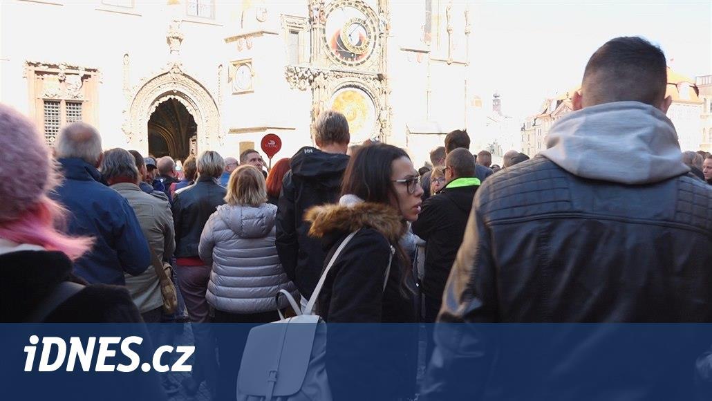 Procházka centrem Prahy je pomalu za trest. Kvůli turistům