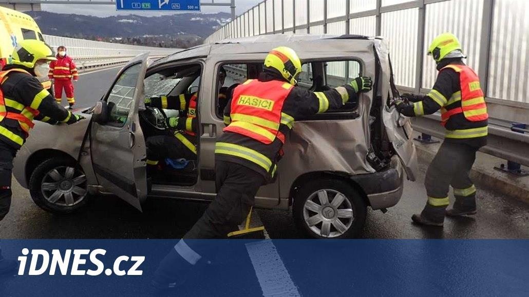 Při nehodě dvou aut v Třinci se zranilo pět lidí včetně dítěte