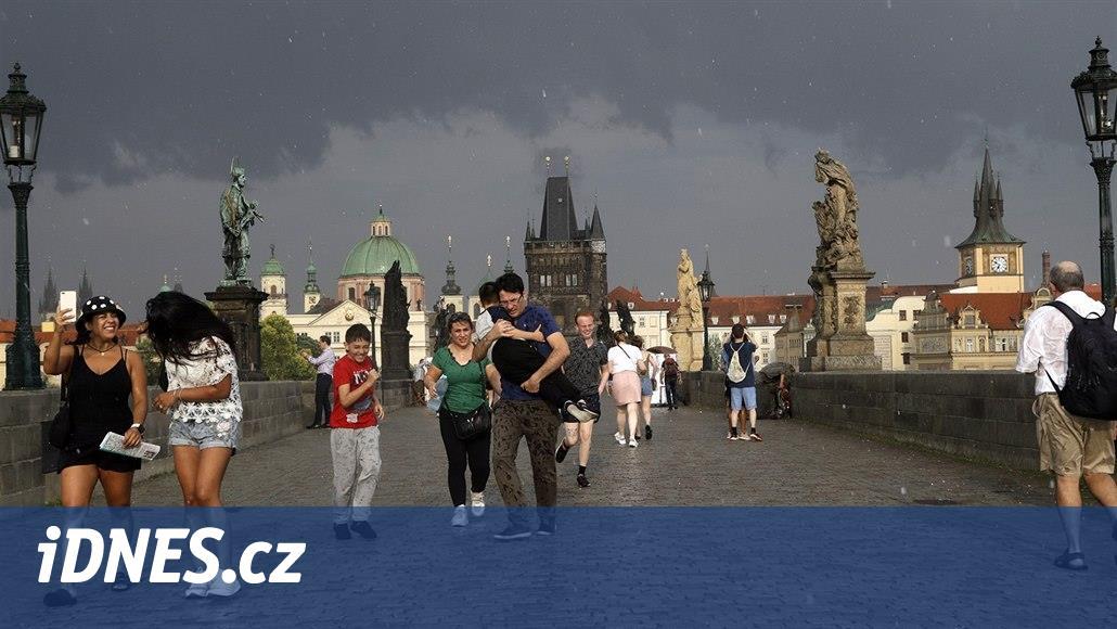 Sobotní výheň spláchnou bouřky, kroupy a přívalový déšť