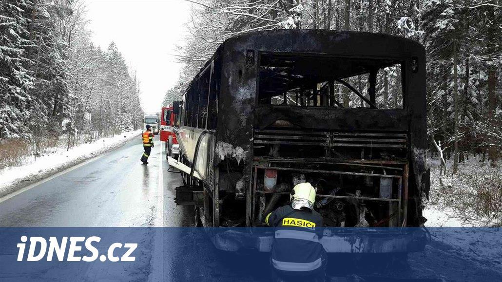 Na Chrudimsku vzplanul autobus se čtyřmi desítkami dětí, stihly vystoupit