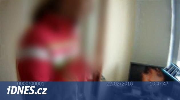 Chlapec zamkl matku na balkoně a usnul, byt otevřeli strážníci