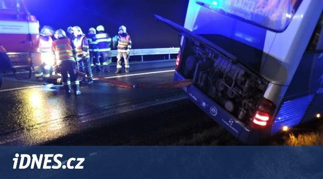 Střet s autobusem u Mělníka způsobil mladík při závodech s kamarády