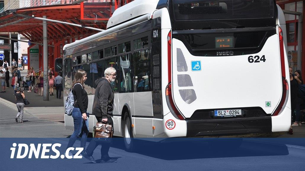 Zbili řidiče jedoucího autobusu a zmizeli taxíkem, policie agresory nenašla
