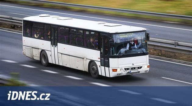 Šofér autobusu zkolaboval za volantem, řízení za jízdy převzal cestující