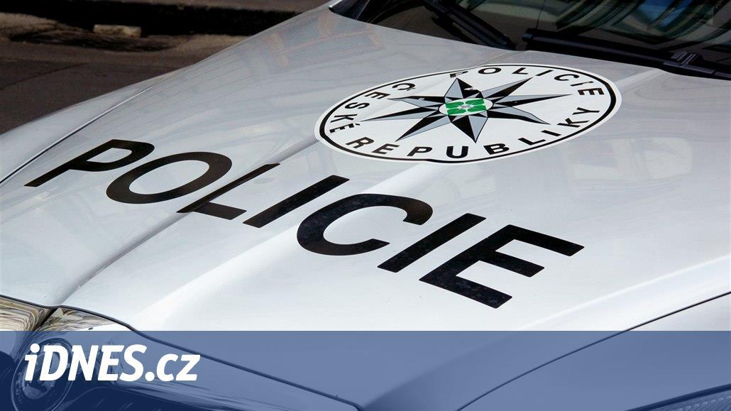 Muž, kterého policie oživovala po vážné nehodě, v nemocnici zemřel