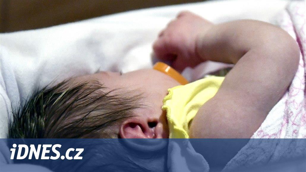Opilý otec hlídal půlročního syna, strážníkům přiznal kouření marihuany