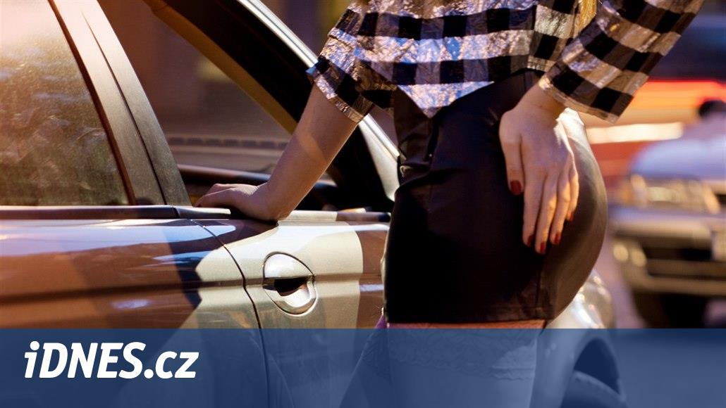 Klient vyděsil prostitutku. Když odmítl zastavit, za jízdy vyskočila z auta