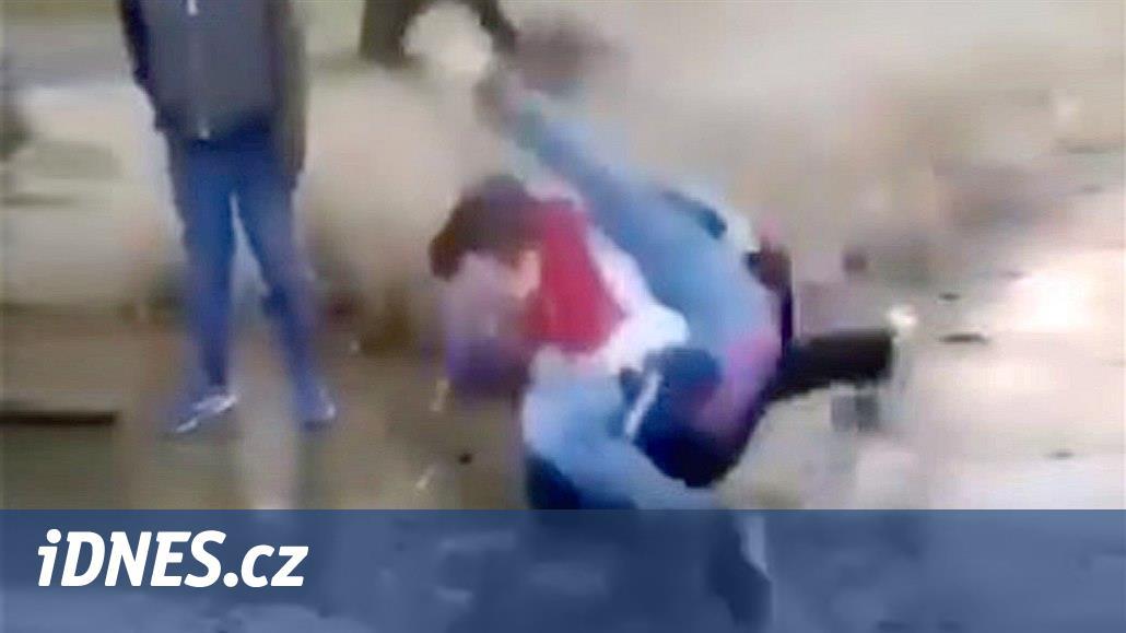 Školák praštil druhým o chodník, drsnou pardubickou rvačku řeší policie