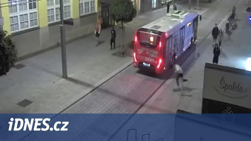 Mladík hodil skateboard proti autobusu, policie hledá svědky