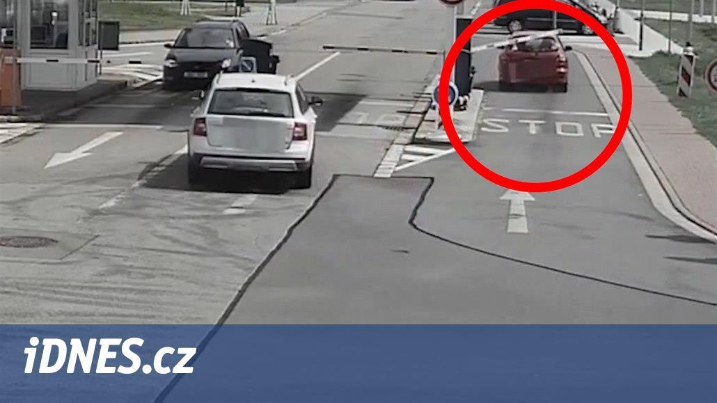 VIDEO: Senior prorazil autem nemocniční závoru, pak odjel domů