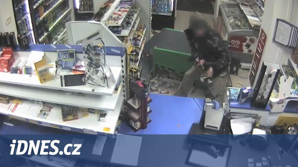 VIDEO: Zdrogovaný muž zdemoloval zařízení benzinky, řádil i v sanitce