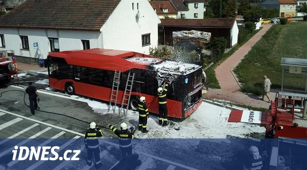 V Hrdějovicích u Budějovic hořel autobus MHD, uhasili ho řidiči