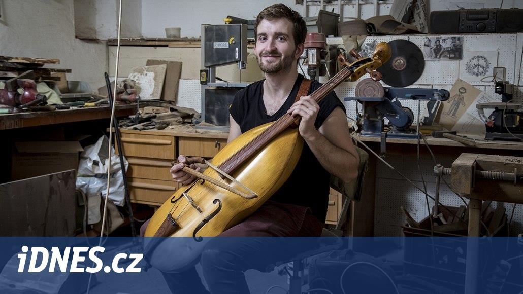 Student vyrábí hudební nástroje podle mistrů. Umí i dřevěné motýlky a peněženky