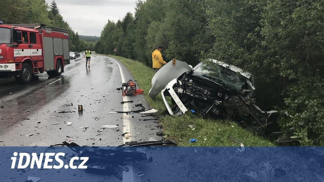 Při čelním střetu automobilů u Rokycan zemřel řidič, druhý je zraněný