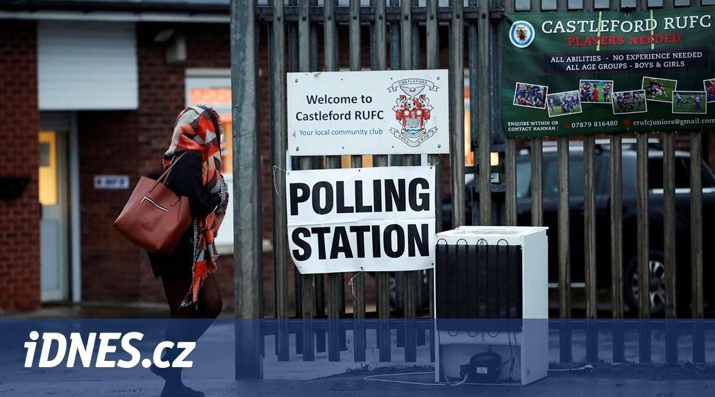 V Británii se uzavřely volební místnosti. První odhady favorizují Johnsona