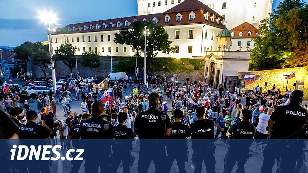 Slovenská vláda ustoupila demonstrantům, neočkovaní budou mít testy zdarma