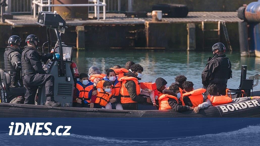 Migranti se hrnou do Británie přes Lamanšský průliv v rekordním počtu