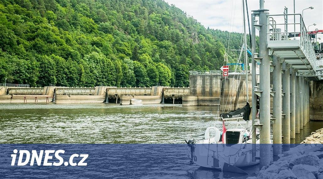 Plavební komoru Kořensko zavřelo sucho. Vltavská vodní cesta je přerušená