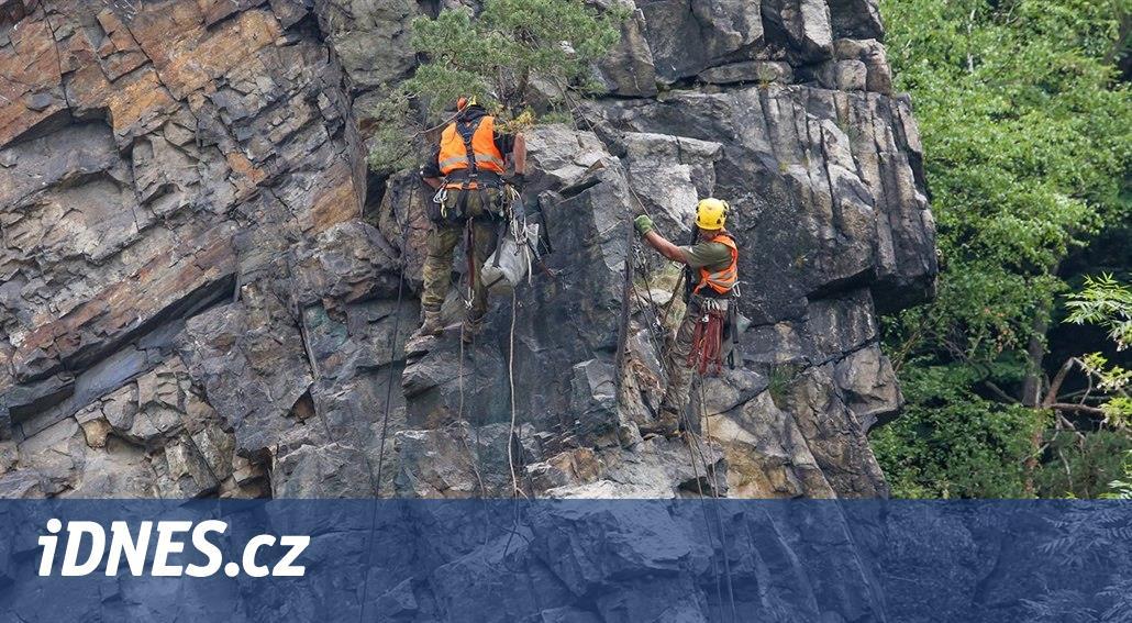 Firma pomocí pneumatických podušek odlamuje Barevnou skálu nad Vltavou