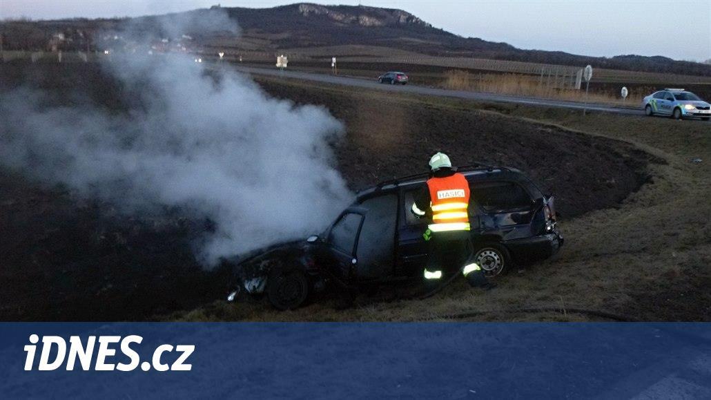 Hasič v civilu projížděl kolem nehody, řidiče vytáhl z hořícího auta