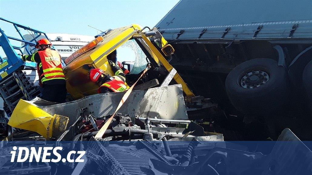 OBRAZEM: Hasiči vyprošťovali řidiče dvě hodiny, šlo o mimořádný zákrok
