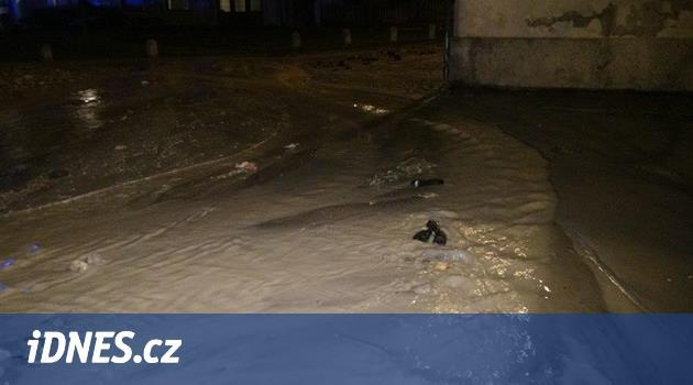 Ve Střešovicích zatopila voda tři domy, hasiči evakuovali dvacet lidí