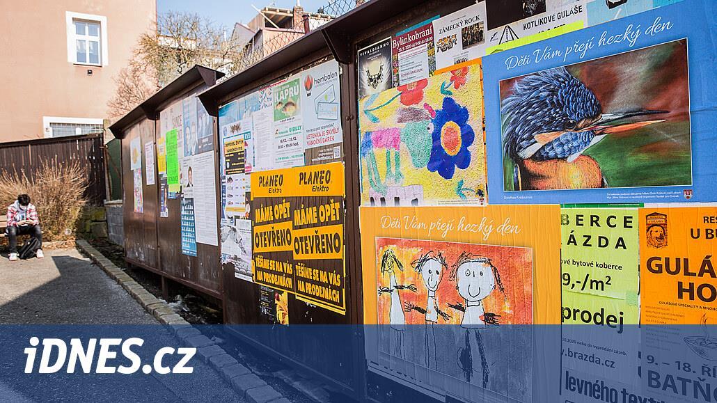 Lidé na procházkách četli jen parte, ve městě proto vylepili dětské kresby