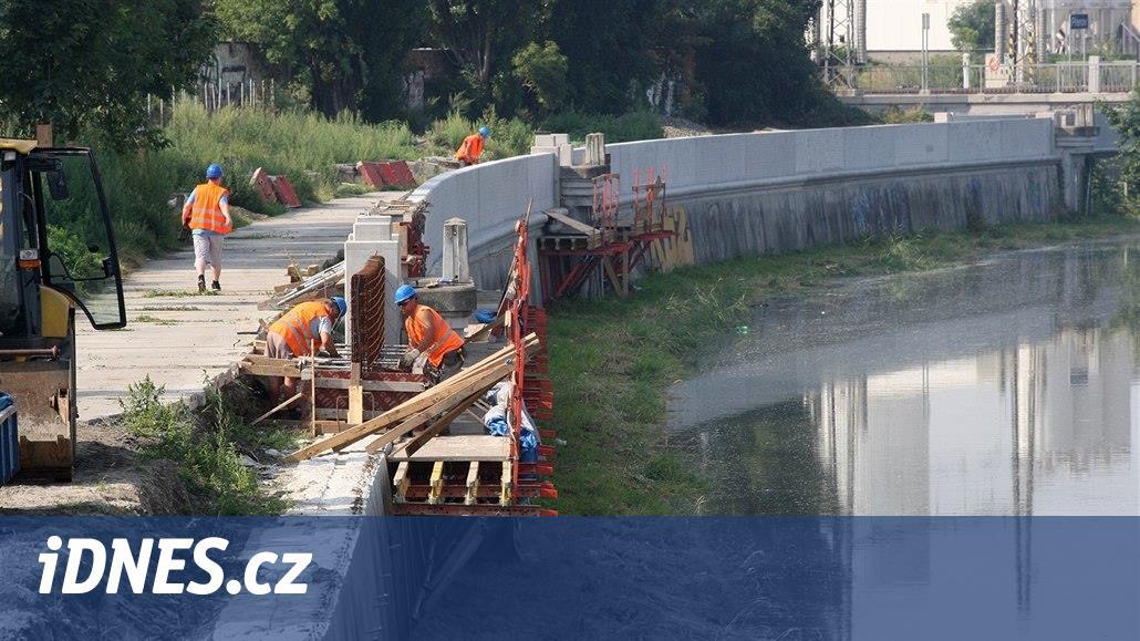 Dvacet let po katastrofální povodni krotí Bečvu v Přerově první zdi