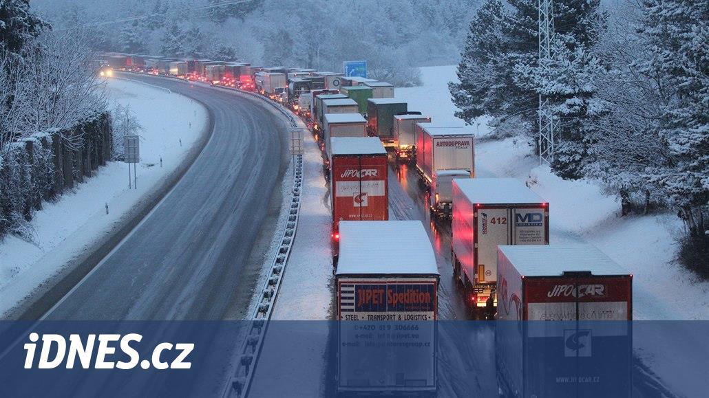 Dálnici D1 na Brno uzavřela na Vysočině nehoda tří aut, v místě hustě sněžilo