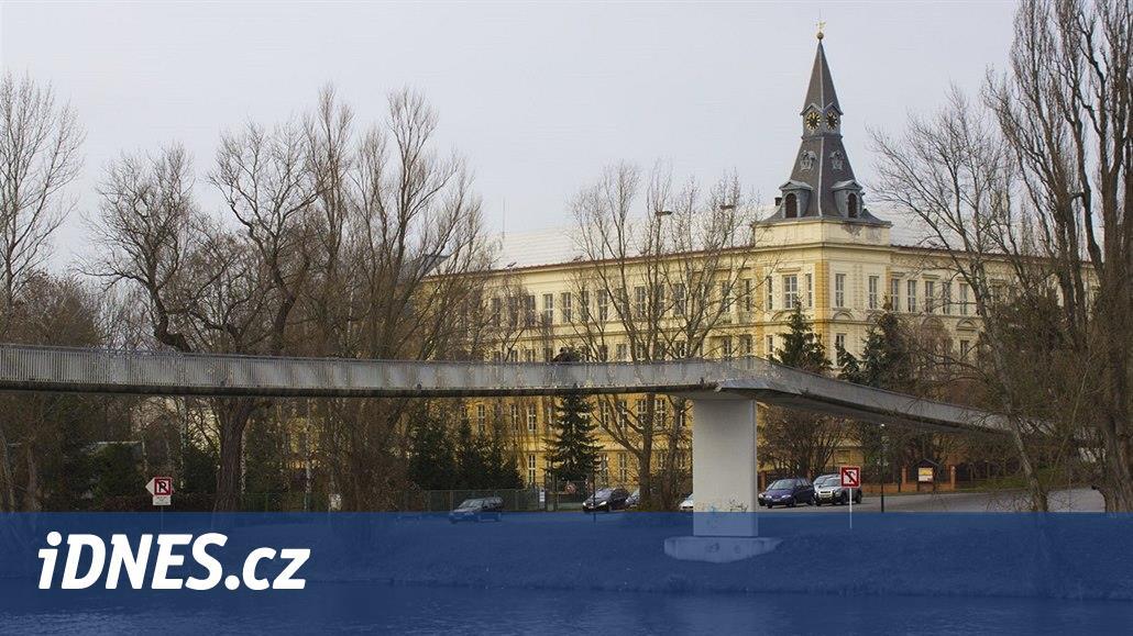 12d2d7a7686 Výletní loď musí rušit kvůli uzavřené lávce v Nymburce i školní akce -  iDNES.cz
