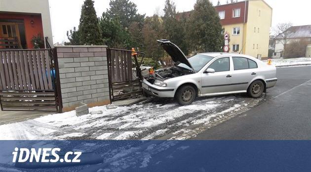 Policejní majáky opilého řidiče rozhodily, strhl řízení a skončil v plotě