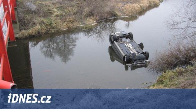 Řidička nezvládla zatáčku, s autem sjela do náhonu elektrárny a zemřela