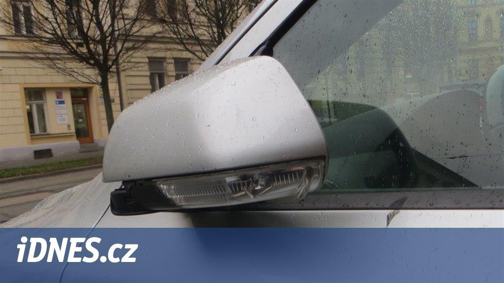 Řidič objíždějící tramvaj rozzuřil chodce, ten mu kopl do zrcátka