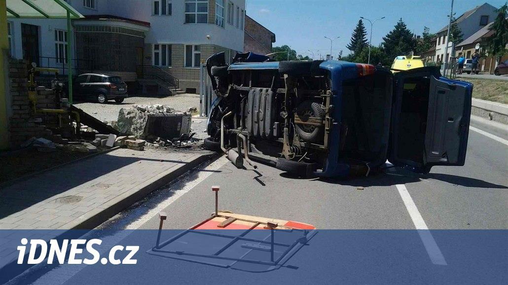 Starší řidič smetl uzávěr plynu, převrátil dodávku a zranil tři lidi