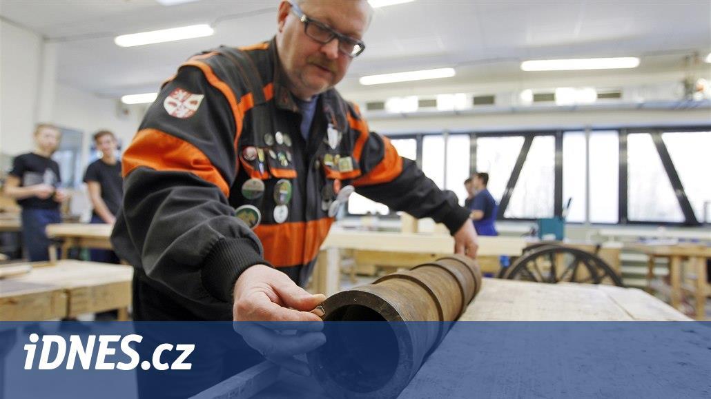 Jihlavský dělmistr staví se studenty repliku kanonu z patnáctého století